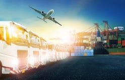 Behållarelastbil, skepp i port och fraktlastnivå i transpo royaltyfri fotografi