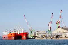Behållarelastfartyg som anslutas i port royaltyfria foton