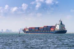 Behållarelastfartyg Styckegodsskyttlar royaltyfria foton