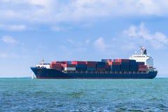 Behållarelastfartyg Styckegodsskyttlar arkivbild