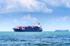 Behållarelastfartyg Styckegodsskyttlar royaltyfri bild