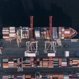 Behållarelastfartyget i den logistiska importexportaffären, fraktar trans., flyg- sikt royaltyfri fotografi