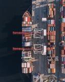 Behållarelastfartyget i den logistiska importexportaffären, fraktar trans., flyg- sikt royaltyfri foto