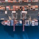 Behållarelastfartyget i den logistiska importexportaffären, fraktar trans., flyg- sikt arkivbilder