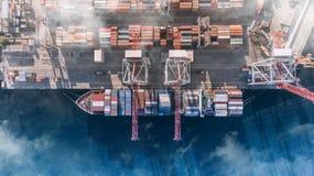 Behållarelastfartyget i den logistiska importexportaffären, fraktar trans., flyg- sikt arkivfoto
