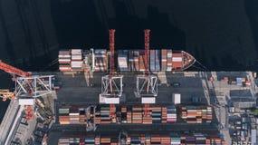Behållarelastfartyget i den logistiska importexportaffären, fraktar trans., flyg- sikt royaltyfria foton