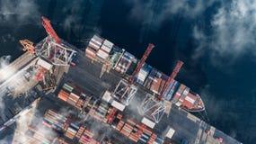 Behållarelastfartyget i den logistiska importexportaffären, fraktar trans., flyg- sikt royaltyfri bild
