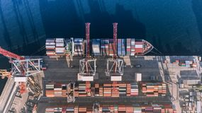Behållarelastfartyget i den logistiska importexportaffären, fraktar trans., flyg- sikt arkivfoton
