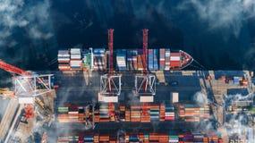 Behållarelastfartyget i den logistiska importexportaffären, fraktar trans., flyg- sikt royaltyfria bilder