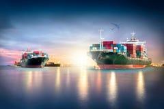 Behållarelastfartyget med portar sträcker på halsen bron i hamn och lastnivån för logistisk importexportbakgrund arkivbilder