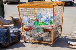 Behållaren för att samla plast- flaskor av olika drinkar f Royaltyfri Fotografi