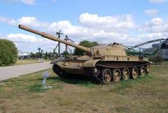 Behållaren för genomsnitt T-62 i ett parkerakomplex av AVTOVAZ under den öppna himlen Royaltyfria Bilder