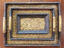 Behållaren gömma i handflatan den wood produkten på bakgrund Arkivfoto