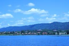 Behållaren har en härlig bakgrund av berg och himmel Royaltyfri Fotografi