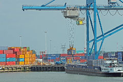 Behållaren laddade på en pråm i port av Rotterdam Arkivbilder