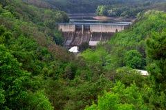 Behållaren och den hydrauliska kraftverket Dalesice i Tjeckien royaltyfri fotografi