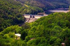 Behållaren och den hydrauliska kraftverket Dalesice i Tjeckien arkivbild