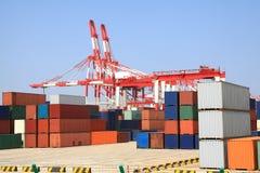 behållaren sträcker på halsen porthandel Arkivfoton