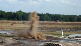 Behållaren T-90A övervinner en vattenbarriär arkivfilmer