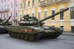 Behållaren T-90 på den Millionnaya gatan som väntar på repetitionen av, ståtar i heder av Victory Day petersburg saint Arkivfoto