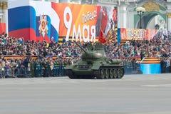 Behållaren T-34-85 på genrepet av ståtar i heder av Victory Day St Petersburg Arkivfoto