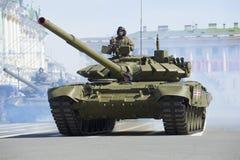 Behållaren T-90 på repetitionen av segern ståtar Royaltyfri Bild