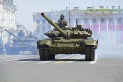Behållaren T-90 på repetitionen av segern ståtar petersburg saint Arkivfoto