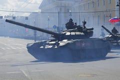 Behållaren T-90 rider på fyrkanten på ståta i heder av segerdagen St Petersburg Royaltyfri Fotografi