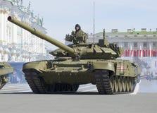 Behållaren T-90 ståtar på repetition i heder av Victory Day petersburg saint Arkivbild