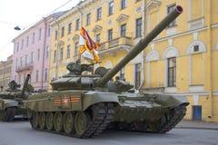 Behållaren T-90 var närvarande på repetitionen av ståtar i heder av Victory Day Millionnaya gata, St Petersburg Royaltyfria Foton