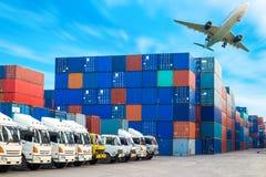 Behållaresändning och lastbilar för import-export Arkivbilder
