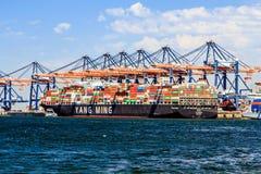 Behållareship i hamnen fotografering för bildbyråer