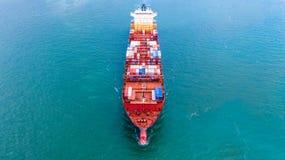 Behållareskepp för flyg- sikt, bärande behållare för importexportaffären som är logistisk och trans. av internationellt vid frakt royaltyfri fotografi