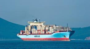 Behållareskepp Gunvor Maersk på ankaret i vägarna Nakhodka fjärd Östligt (Japan) hav 01 08 2014 Royaltyfria Foton