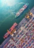 Behållareskepp i den logistiska importexporten och affären Vid kranen, Royaltyfri Bild