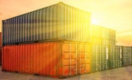 Behållareskepp i den logistiska importexporten och affären Vid kranen, Arkivbild