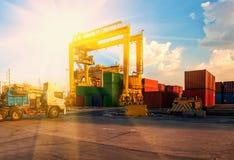 Behållareskepp i den logistiska importexporten och affären Vid kranen, Arkivfoton