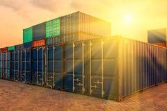 Behållareskepp i den logistiska importexporten och affären Vid kranen, Royaltyfri Fotografi