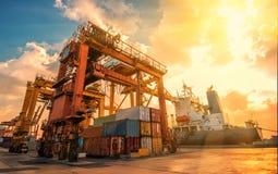 Behållareskepp i den logistiska importexporten och affären Vid kranen, Royaltyfria Bilder