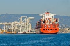 Behållareskepp i den Oakland hamnen Royaltyfri Bild