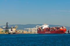 Behållareskepp i den Oakland hamnen Arkivfoton