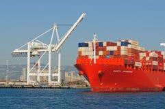 Behållareskepp i den Oakland hamnen Arkivfoto