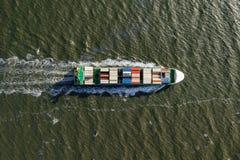 Behållareskepp i export och import Last för internationell sändning arkivbild