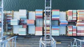 Behållareskepp i export- och importaffär royaltyfria foton