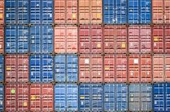 Behållareskepp i export och importaffär och logistik i industriell internationell emballage- och vattentransport för hamn arkivbilder