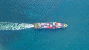 Behållareskepp i export och importaffär och logistik Sändningslast som ska härbärgeras vid kranen VattentransportInternational arkivbilder