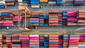 Behållareskepp i export och importaffär och logistik Sändningslast som ska härbärgeras vid kranen VattentransportInternational royaltyfria foton