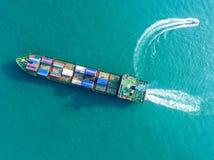 Behållareskepp i export och importaffär och logistik Skepp royaltyfri foto