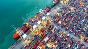 Behållareskepp i export och importaffär och logistik Skepp arkivfoto