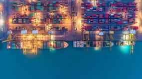 Behållareskepp i export och importaffär och logistik Skepp arkivfoton